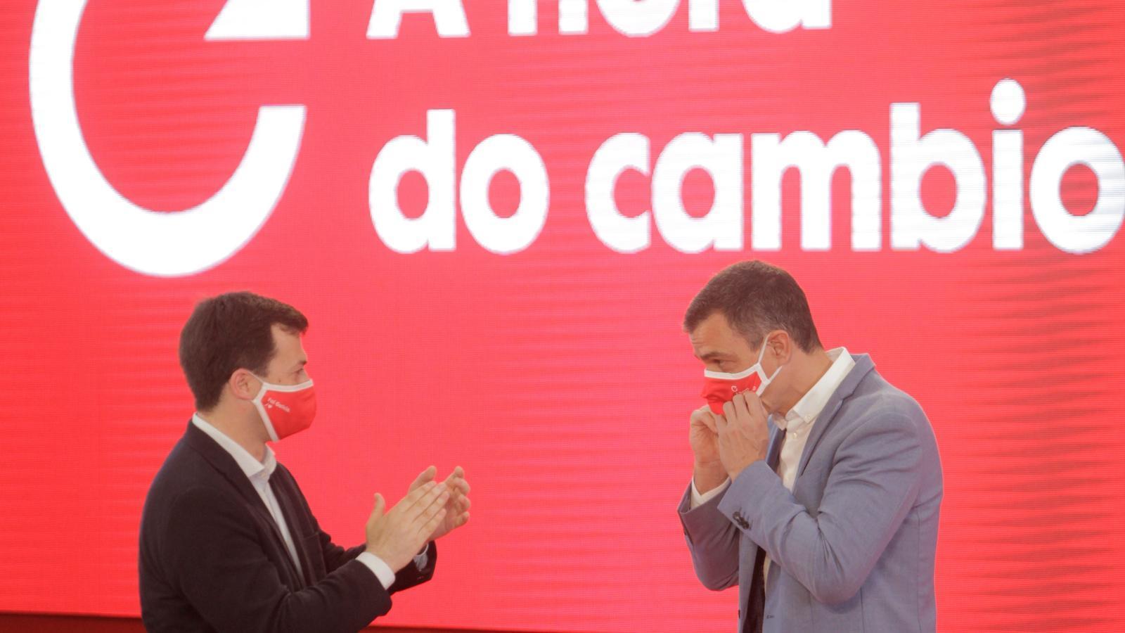 El president del govern espanyol, Pedro Sánchez, amb el líder dels socialistes gallecs, Gonzalo Caballero, durant un acte de campanya a La Corunya el passat 4 de juliol.