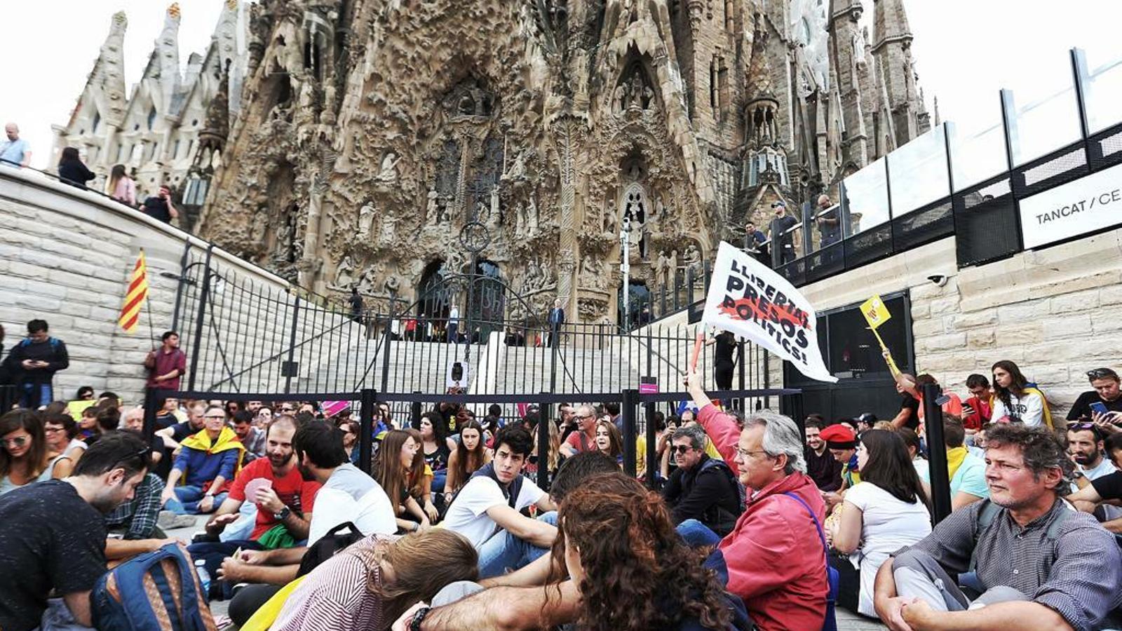 Picnic per la República bloqueja acces carrer Marina a temple Sagrada Família.