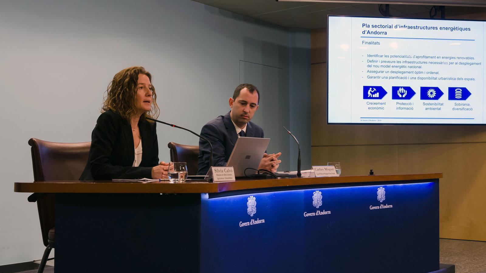 La ministra de Medi Ambient, Agricultura i Sostenibilitat, Sílvia Calvó, i el cap de l'Oficina de l'energia i el canvi climàtic, Carles Miquel, en la presentació del Pla sectorial d'infraestructures energètiques d'Andorra. / D. R. (ANA)