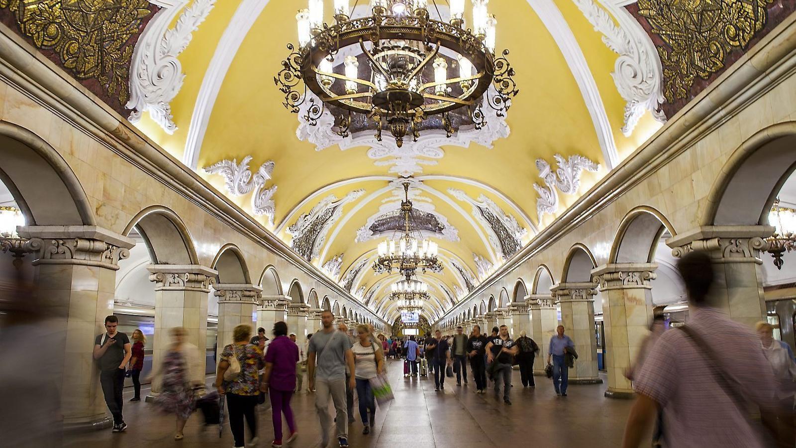 L'espectacular estació Komsomolskaia del suburbà moscovita