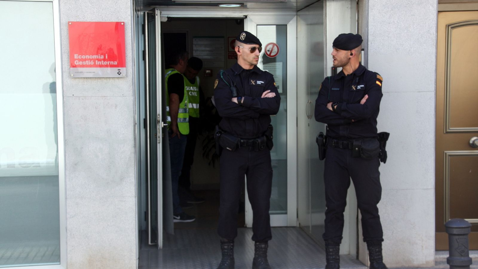 Dos agents de la Guàrdia Civil custodiant la seu de l'Àrea d'Economia i Gestió Interna de l'Ajuntament de Viladecans en l'escorcoll per una peça separada del cas Inipro