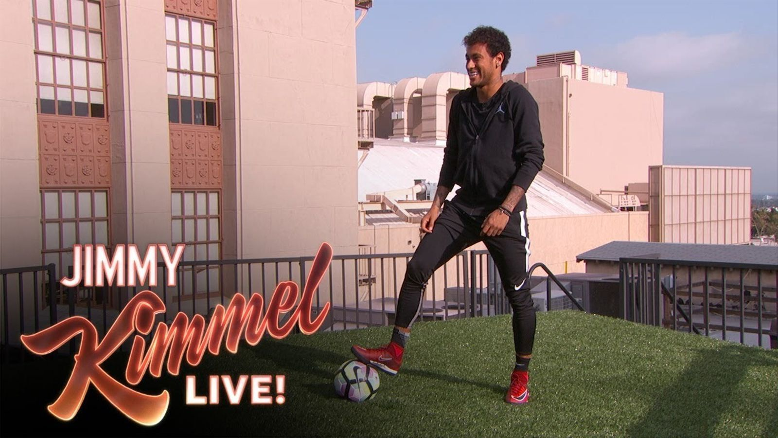 Neymar xuta d'un terrat a l'altre al programa de Jimmy Kimmel
