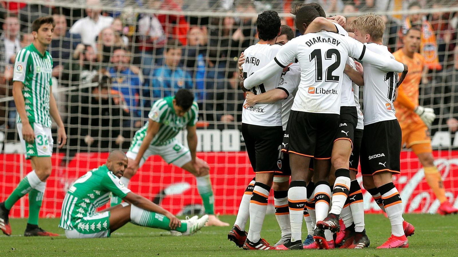El València celebra el primer gol contra el Betis