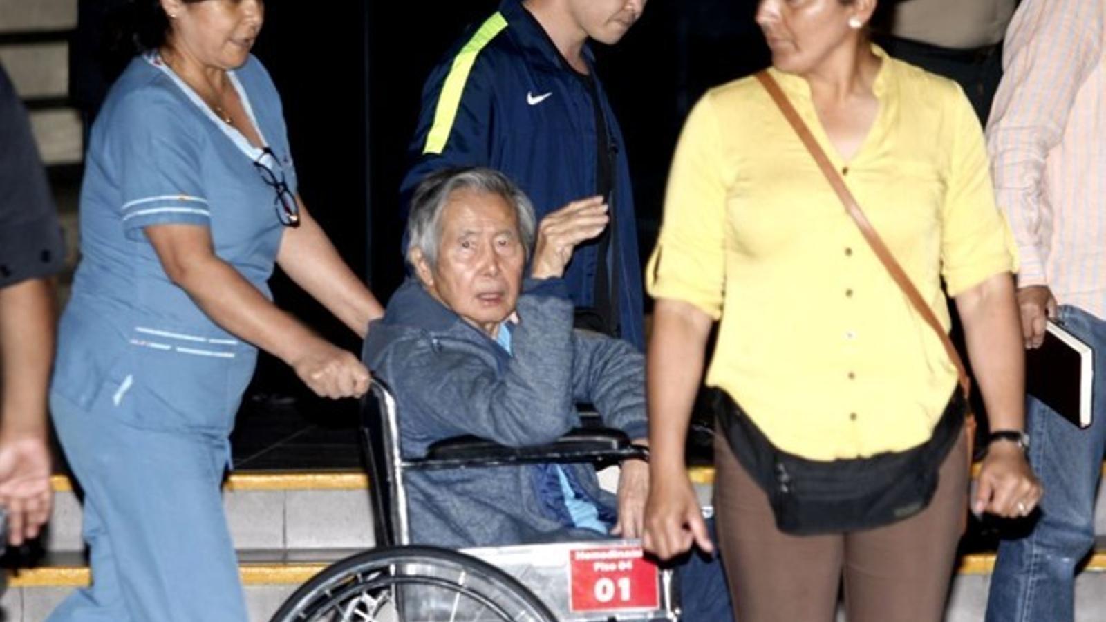 Fujimori, amb cadira de rodes, surt de la clínica on ha estat ingressat un cop indultat.