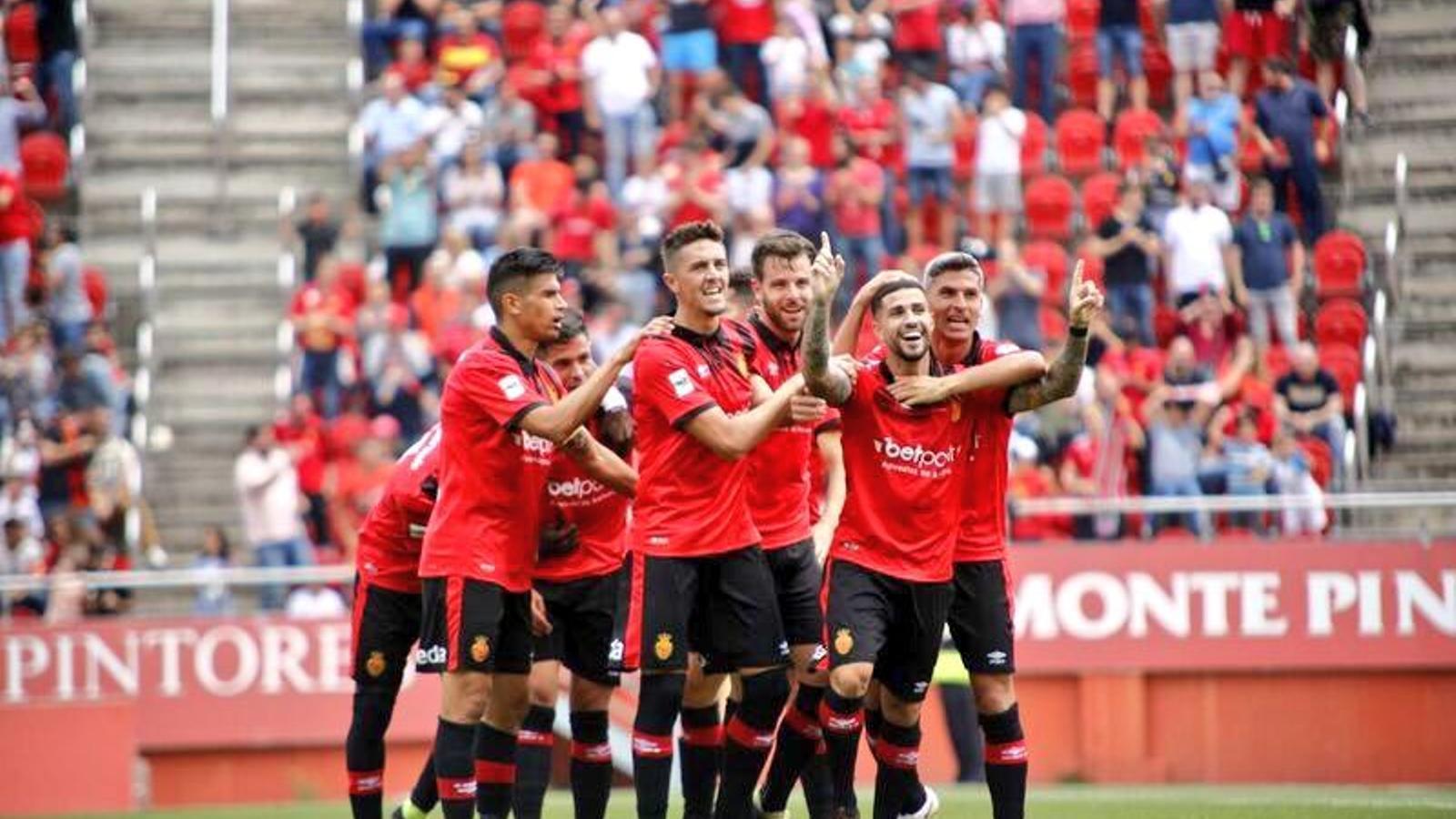 Els jugadors del Mallorca celebren el tercer gol.