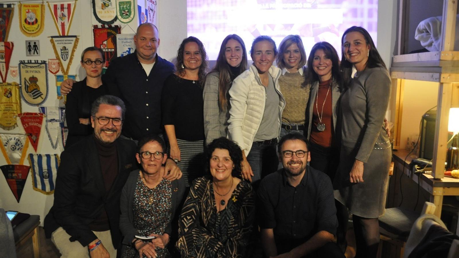 Fotografia dels ponents a la taula rodona 'Dones i Barça' al Conesa Bar de Barcelona