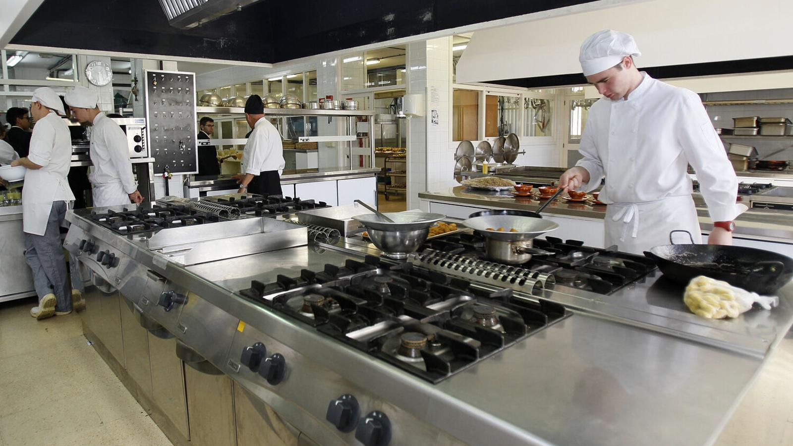 Alumnes de l'IES Juníper Serra fent pràctiques de cuina.