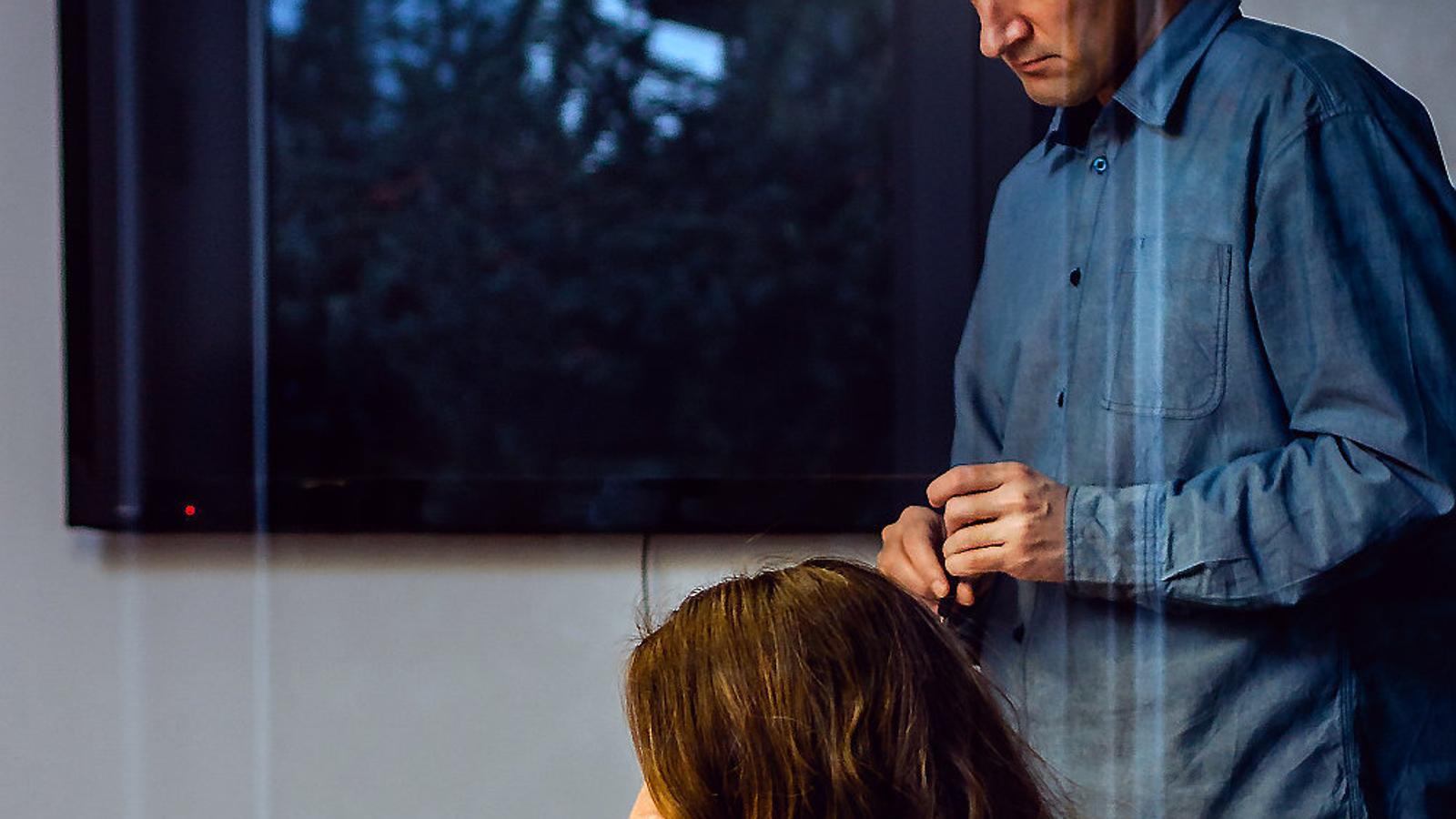 Imatge d'arxiu d'una parella en un entorn laboral.