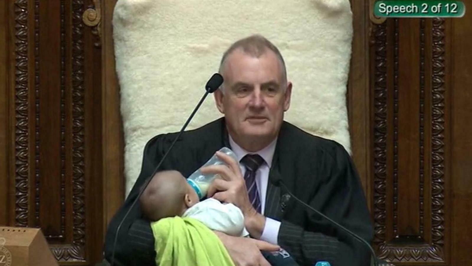 El president del Parlament de Nova Zelanda alleta un nadó mentre modera la sessió