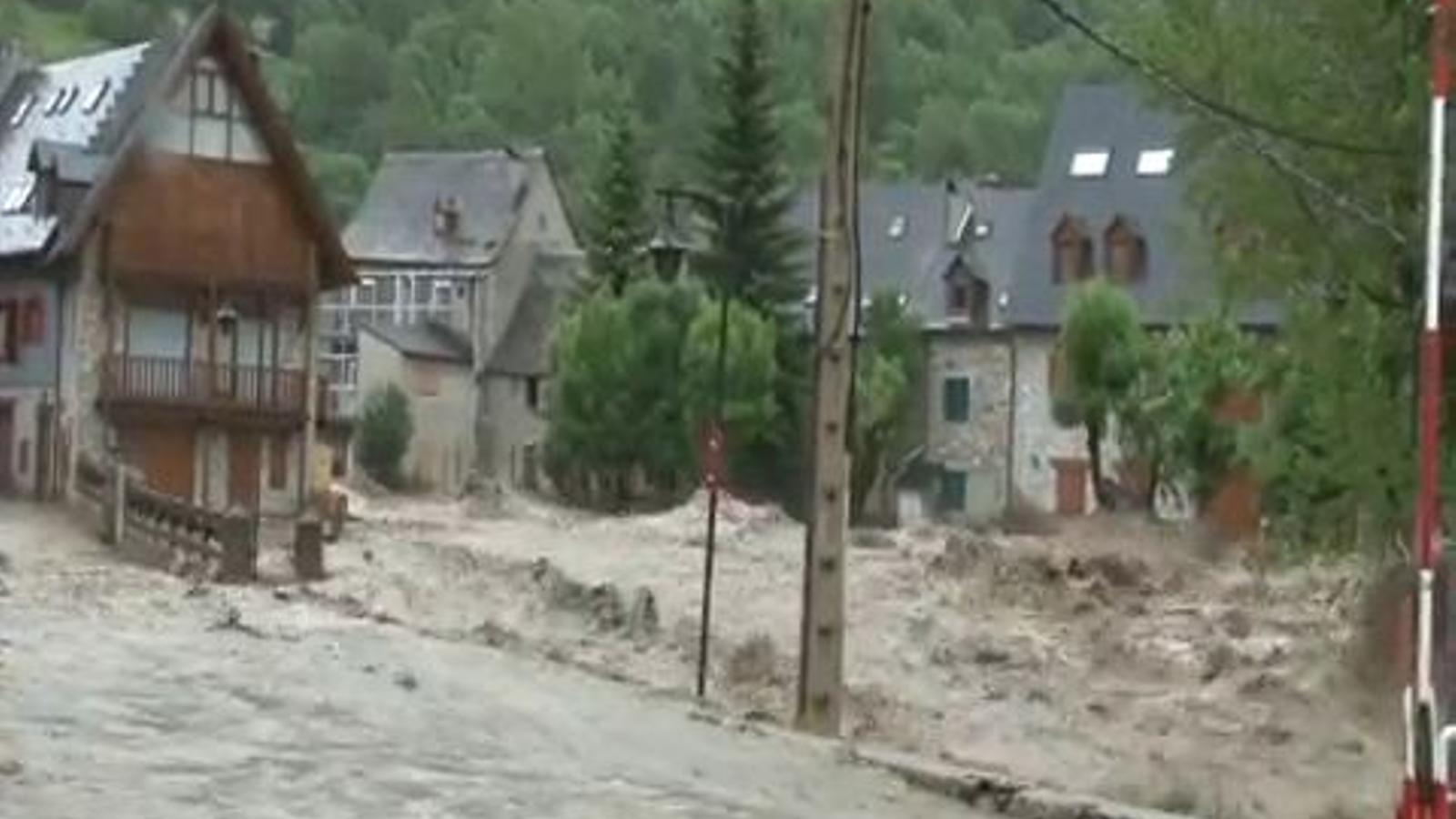L'aigua de la Garona, desbordada, envaint el poble d'Arties