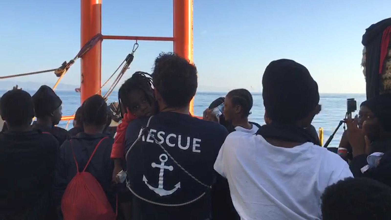 Els migrants a bord de l''Aquarius' aquest diumenge abans d'arribar al port de València