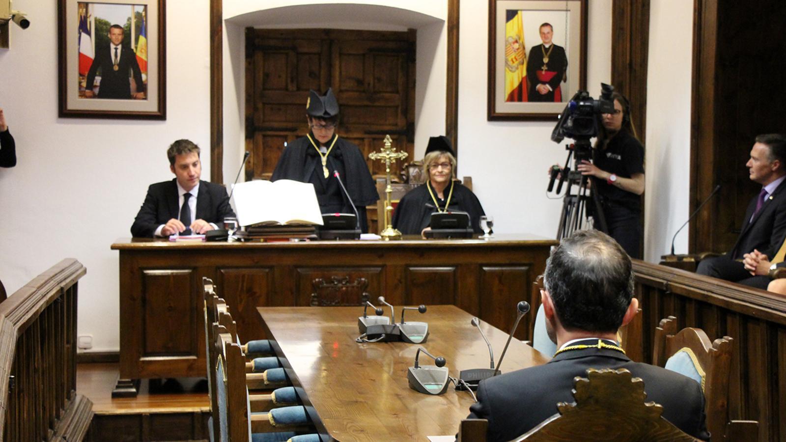 El nou cap de Govern, Xavier Espot, ocupant la cadira del líder de l'executiu a la sala de plens de la Casa de la Vall. / M. M. (ANA)