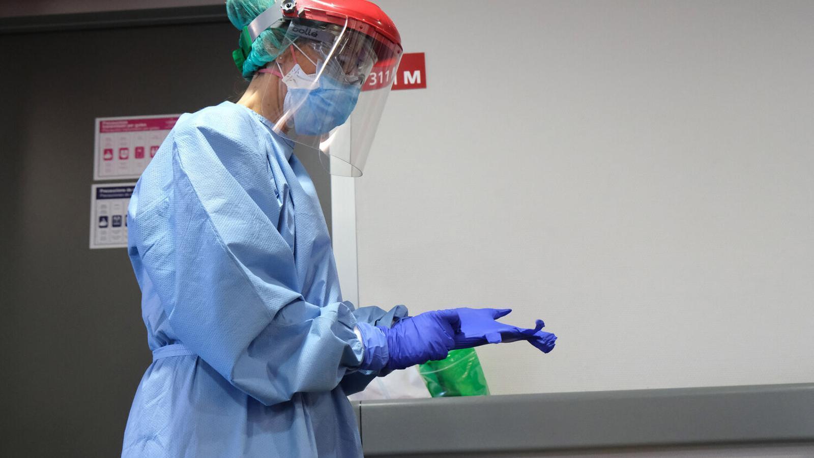 Sanitària de Son Espases es protegeix del contagi del covid-19. / ISAAC BUJ