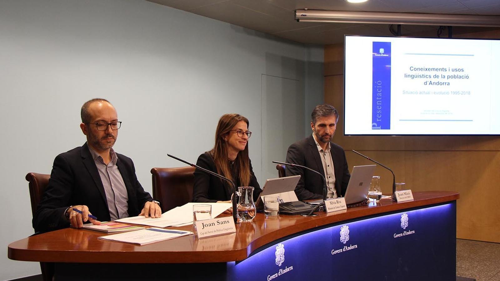 El cap del servei de Política Lingüística, Joan Sans; la ministra de Cultura i Esports, Sílvia Riva, i el director del CRES, Joan Micó, en la presentació de l'estudi sobre coneixements i usos lingüístics de la població d'Andorra. / M. F. (ANA)