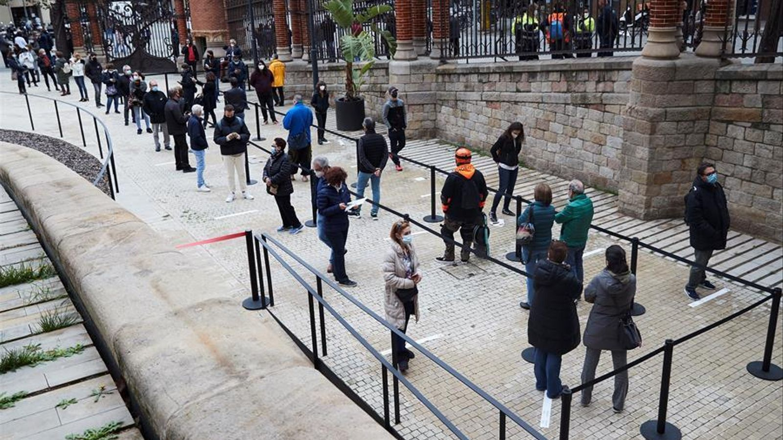 Diversos ciutadans fan cua al recinte modernista de Sant Pau de Barcelona per fer-se un test antigènic