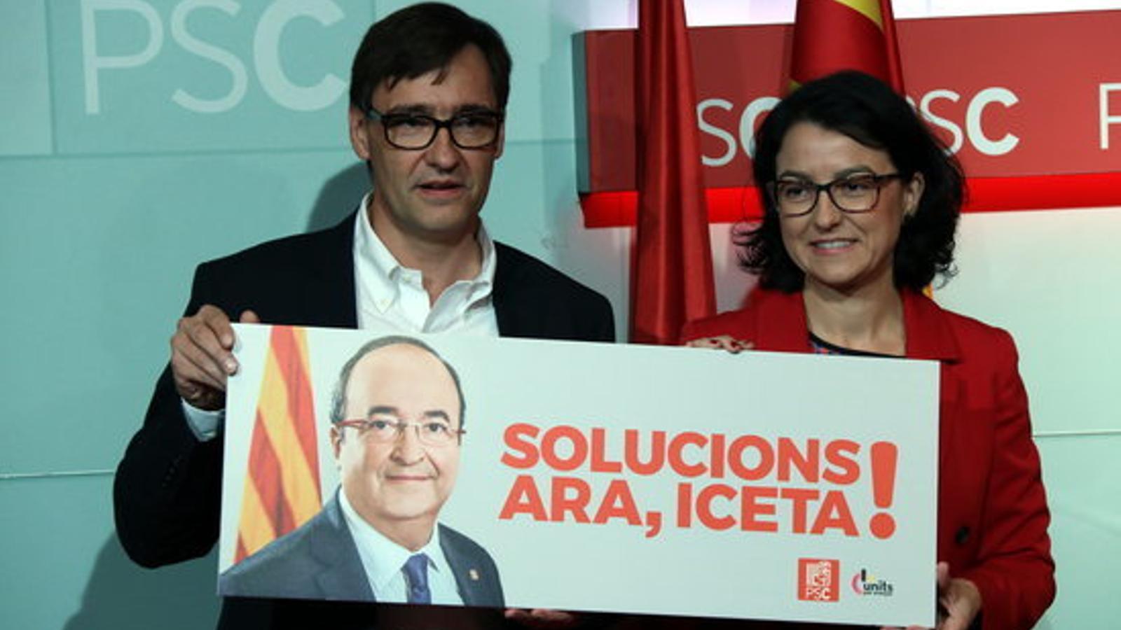 Eva Granados i Salvador Illa amb el cartell de l'eslògan del PSC per al 21-D
