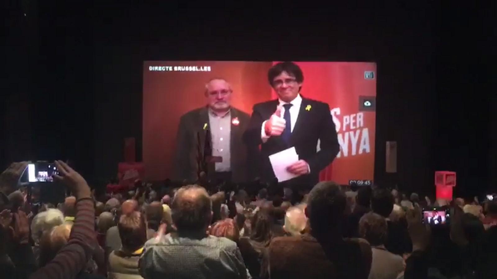Carles Puigdemont, ovacionat entre crits de 'President' a l'acte de JxCat a Terrassa