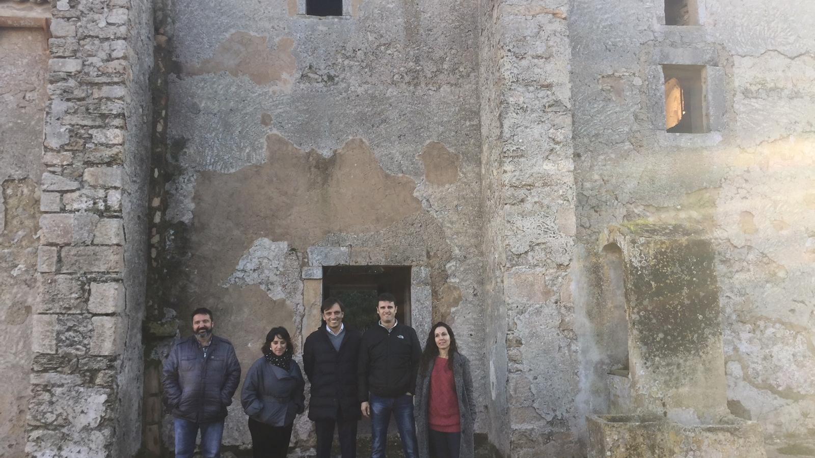 El vicepresident, Francesc Miralles, la directora insular de Patrimoni, Kika Coll, el batle d'Artà, Manolo Galán i els tinents de batle Tolo Gili i Aina Comas durant la trobada a Bellpuig.