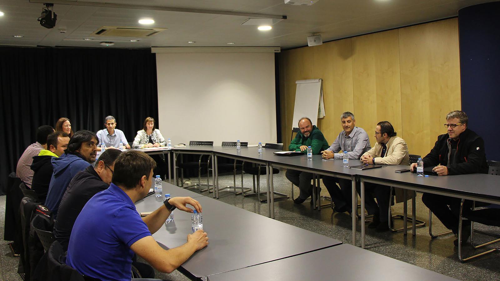 Representants del Govern i dels sindicats abans d'una reunió per la modificació de la Llei de la Funció Pública. / ARXIU ANA