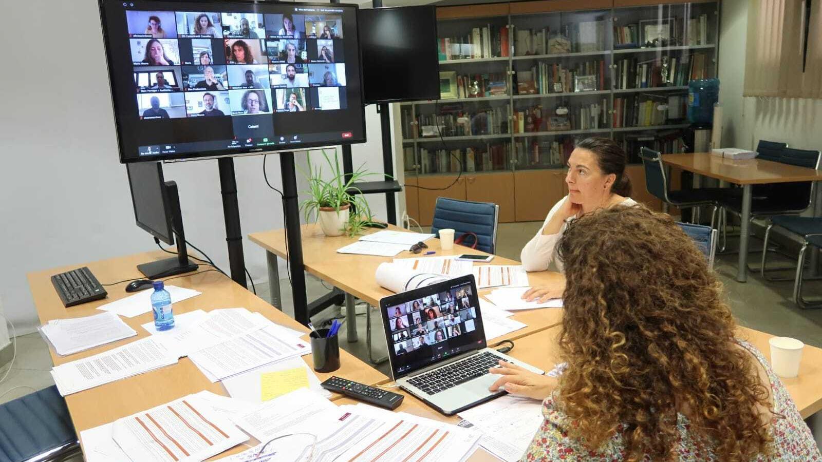 La consellera Pilar Costa i la delegada de Cultura, Catalina Solivellas, en la reunió amb el sector del divendres passat