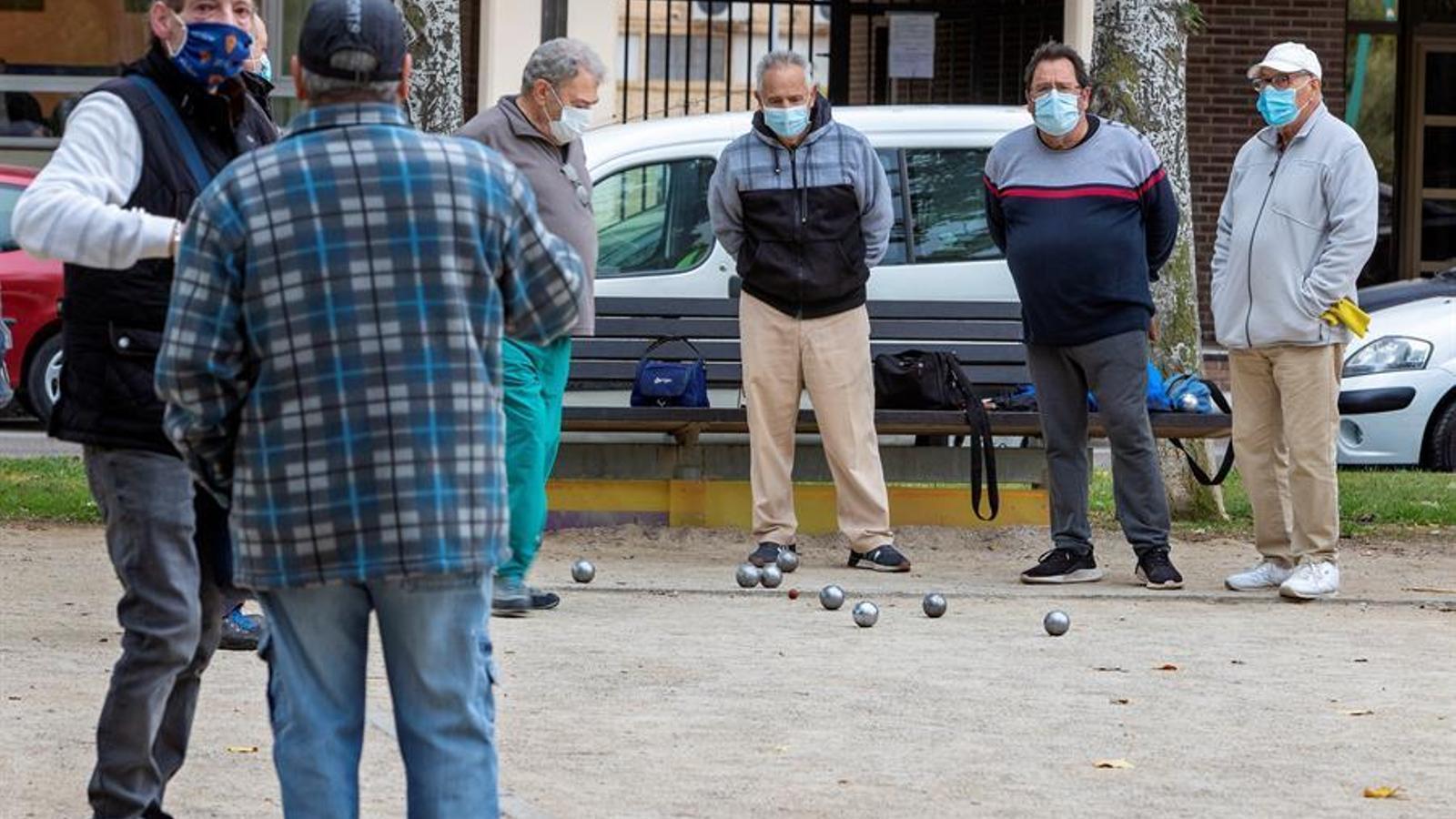 Un grup de persones jugant a la petanca aquest dimarts a Saragossa