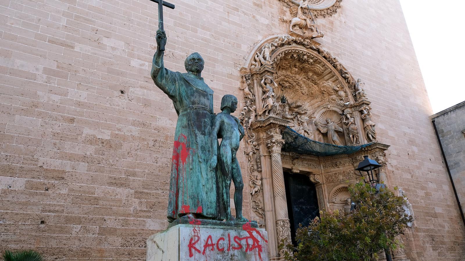 """Pintada titllant de """"racista"""" Juníper Serra en la seva estàtua a Palma."""