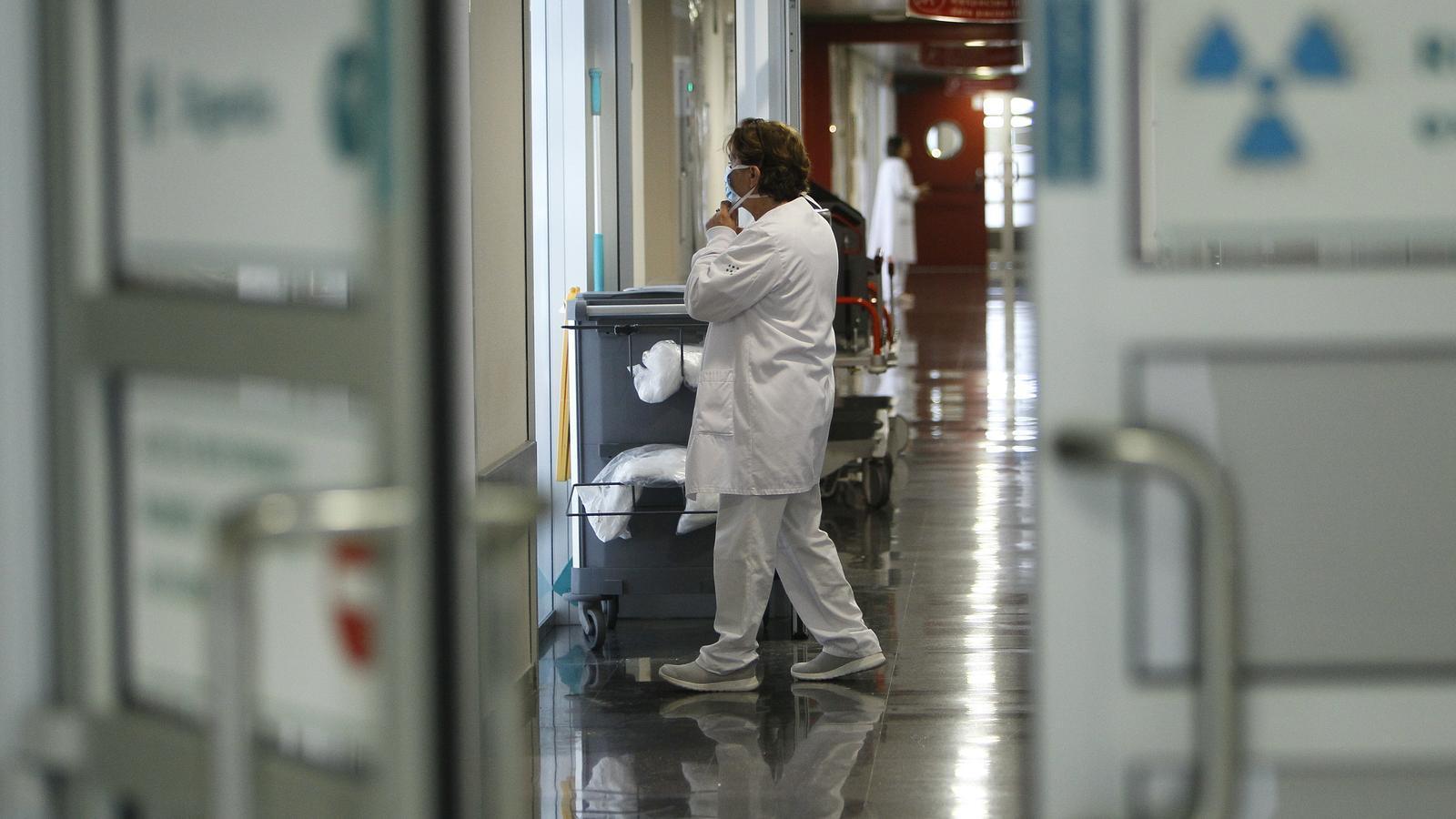 Una sanitària de l'hospital de Son Espases.