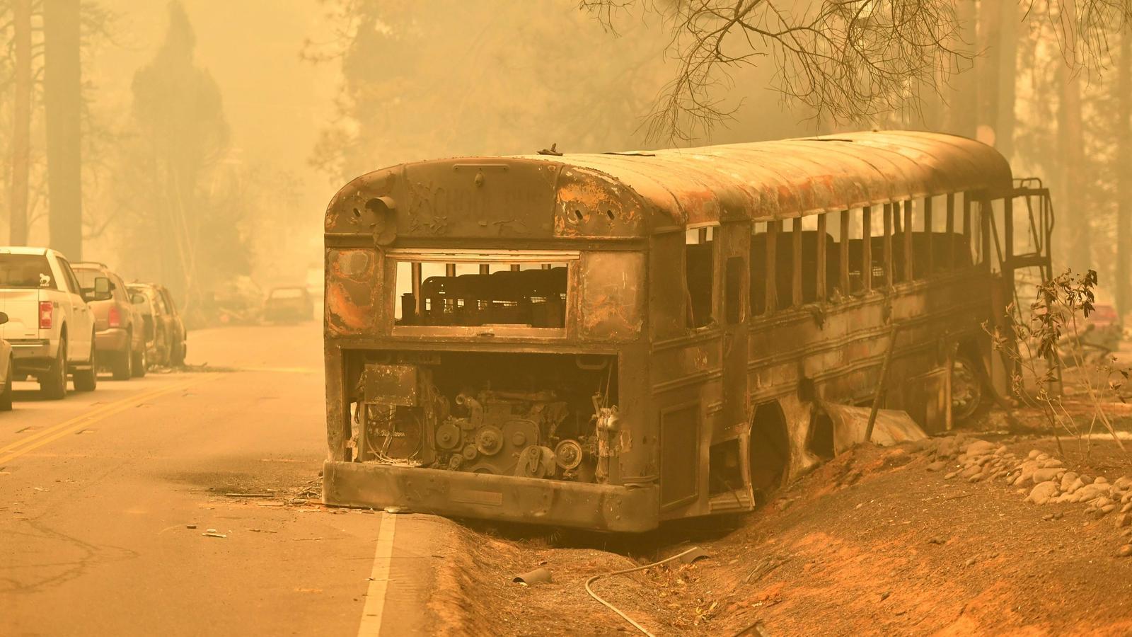 Un autobús escolar calcinat a una carretera propera al municipi de Paradise