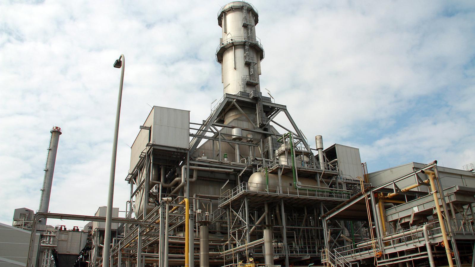 Imatge d'arxiu d'una central elèctrica de cicle combinat de gas natural a Sant Adrià  de Besòs.