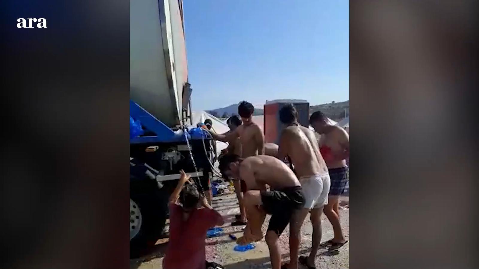 Tendes per a grans grups amb lliteres  i dutxa camió cisterna - Camp de refugiats a Lesbos