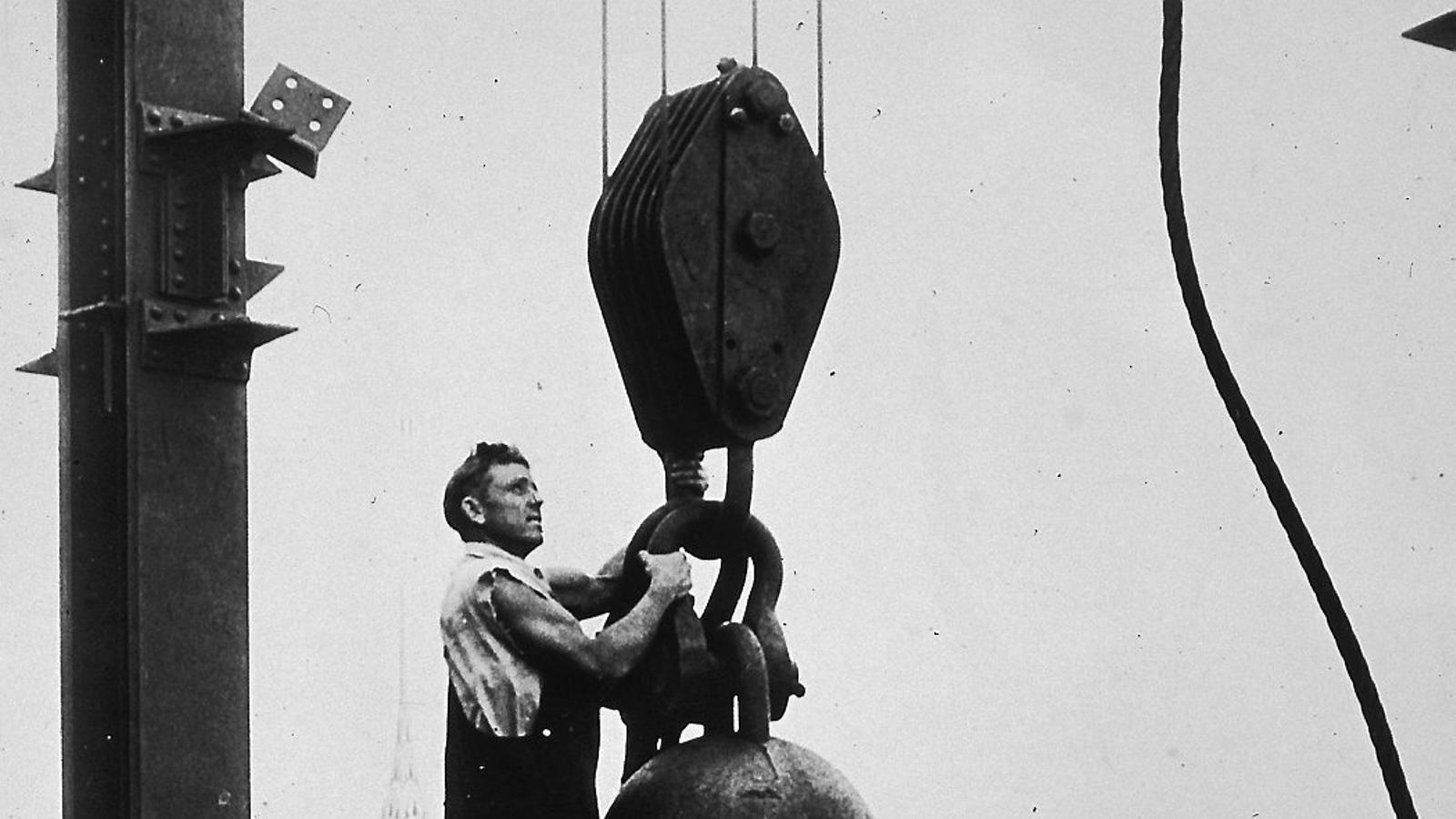 Un dels treballadors durant la construcció de l'Empire State Building el 1930.