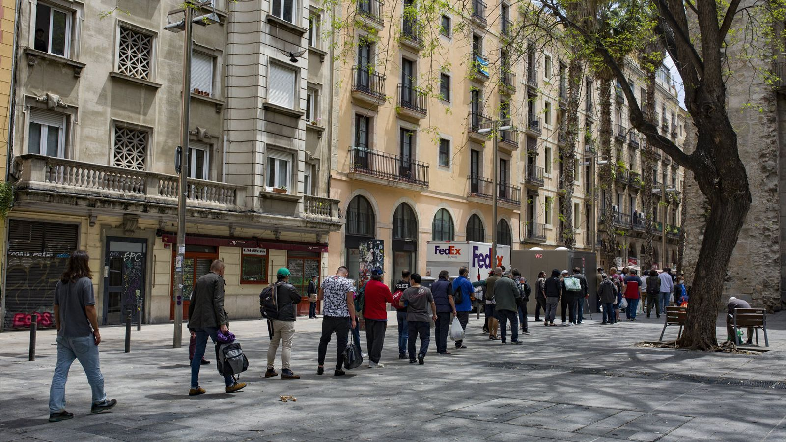 Cues en un menjador social de Barcelona.