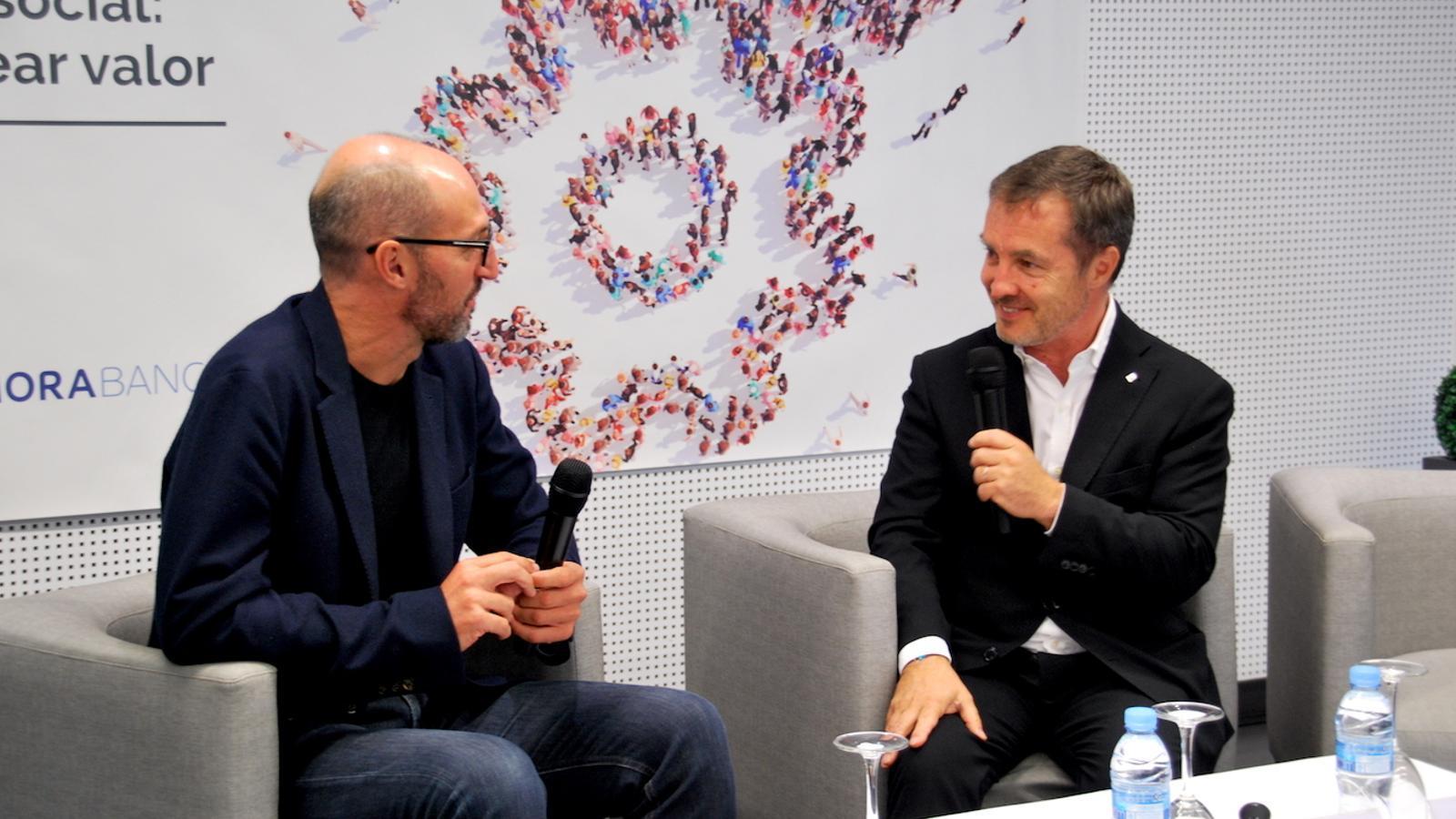 El cofundador de Ship2B, Xavier Pont, i el CEO d'Specialisterne, Ramon Bernat, durant la seva ponència del cicle de l'EFA / C.G.