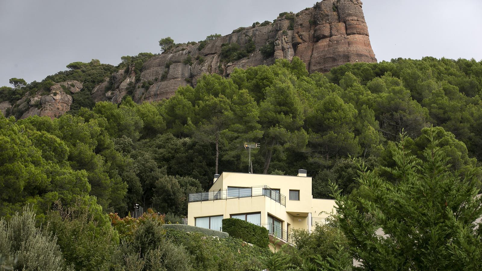 Una de les cases d'alt estànding de Matadepera, situada als peus de la muntanya de la Mola