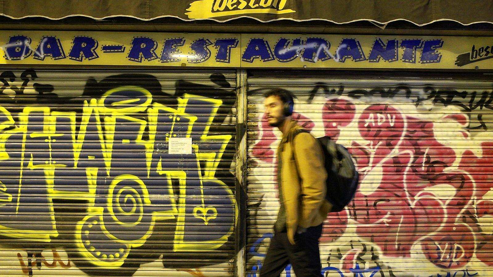 01. Un dels establiments del Fort Pienc de Barcelona amb el cartell de tancat. 02. Un detall d'un cartell en un restaurant.