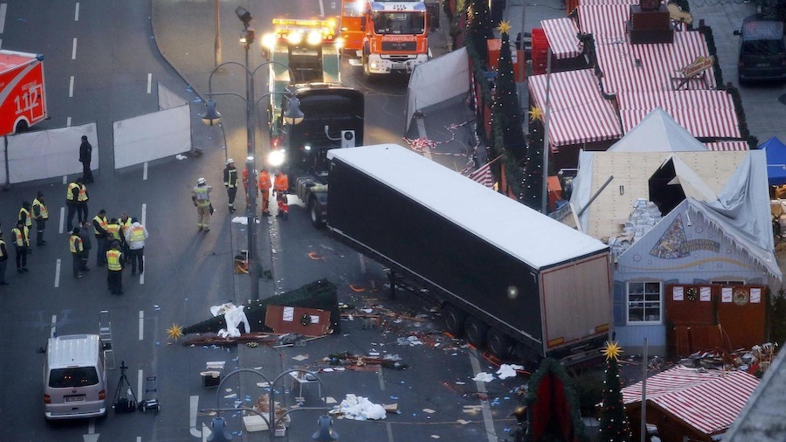 El camió enquestat al mercat, a trenc d'alba.