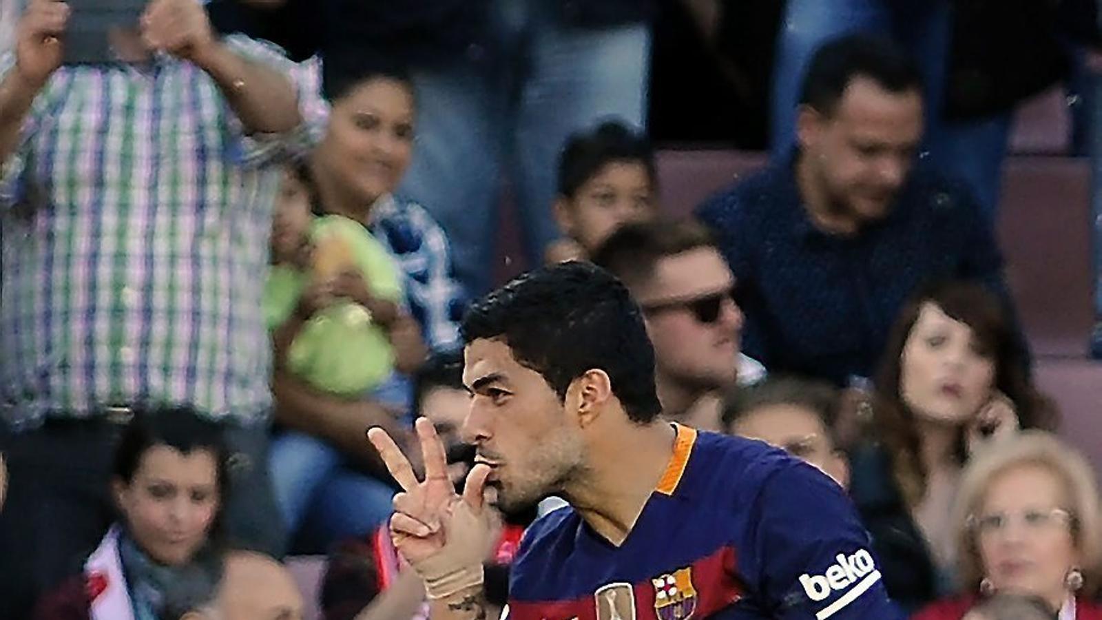 Luis Suárez celebrant un dels dos gols anotats al Granada.