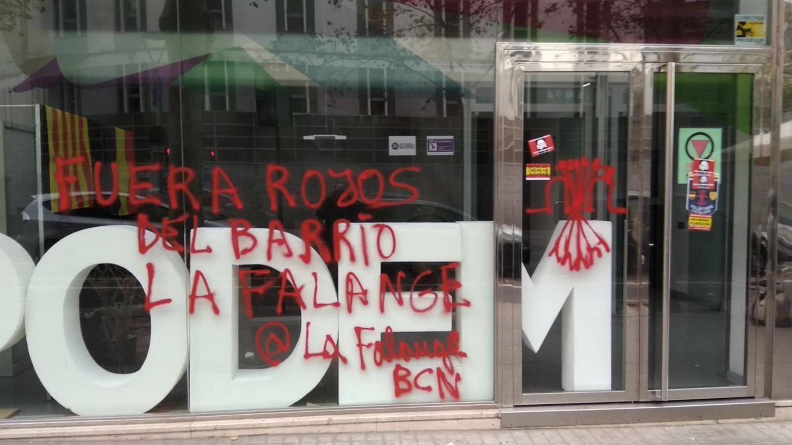 La seu de Podem Catalunya amb pintades de la Falange
