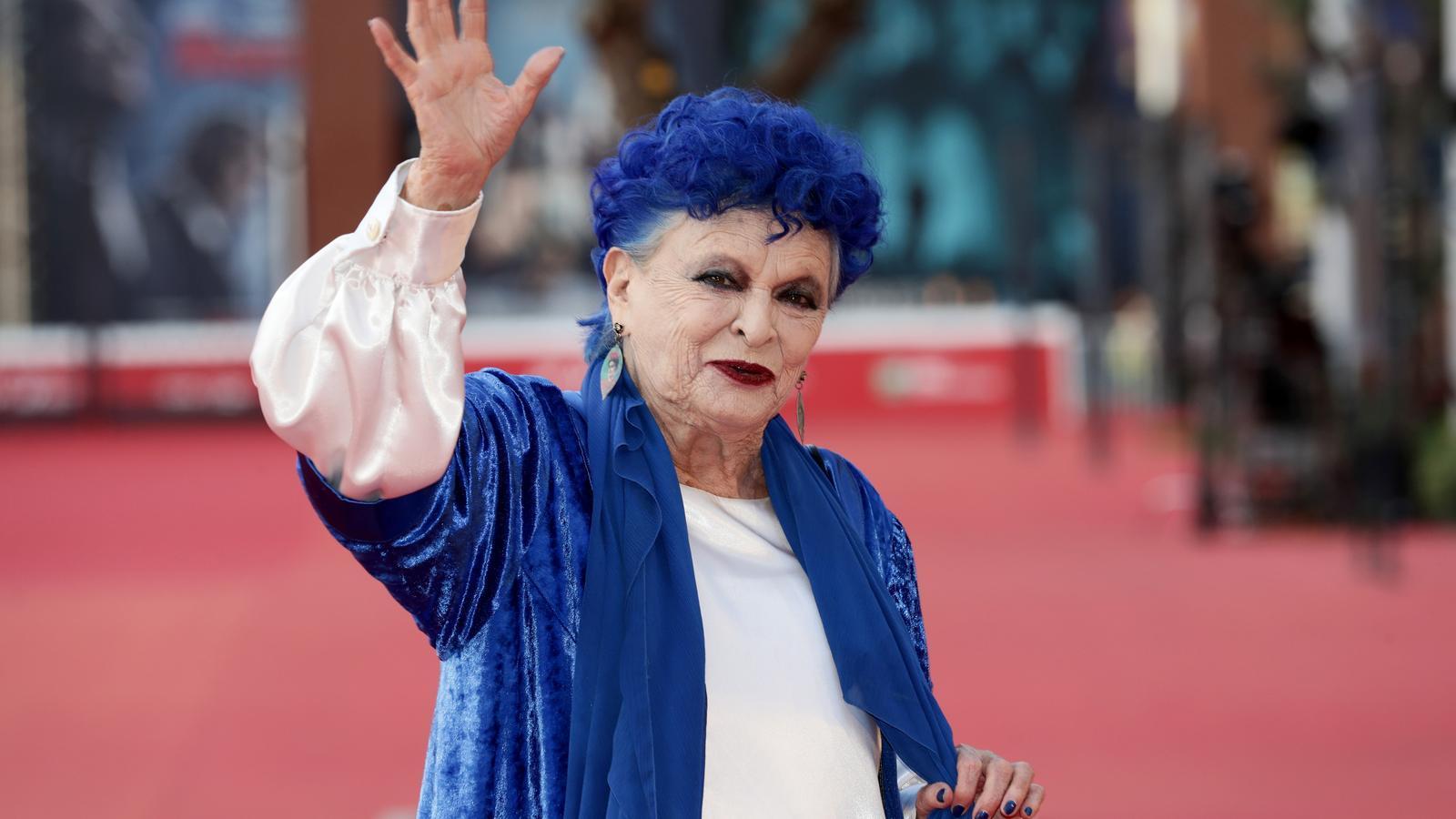Lucía Bosé saluda a la premsa en l'alfombra vermella del 'Rome Film Festival' de 2019