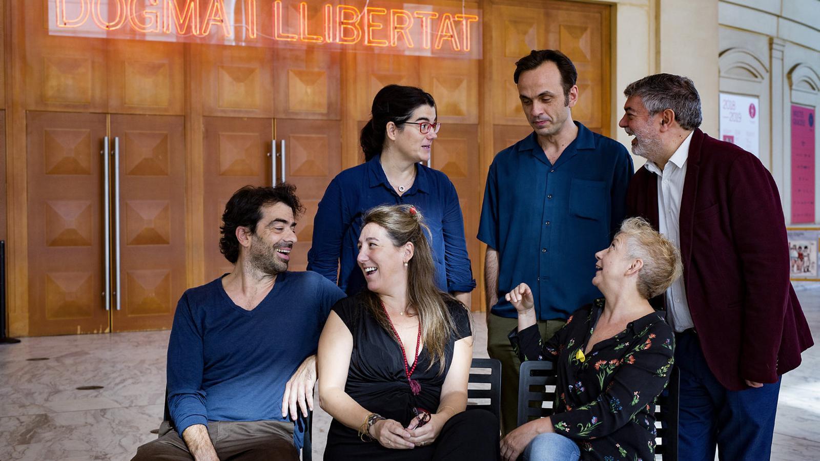 Marta Buchaca, Iván Morales, Xavier Albertí, David Selvas, Mercè Puy i Magda Puyo al vestíbul del Teatre Nacional.