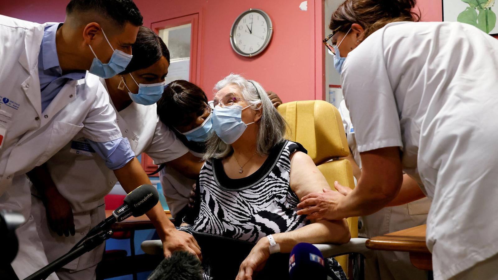 La Mauricette, de 78 anys, en el moment de rebre la primera vacuna contra el covid-19 que s'administrava a França.