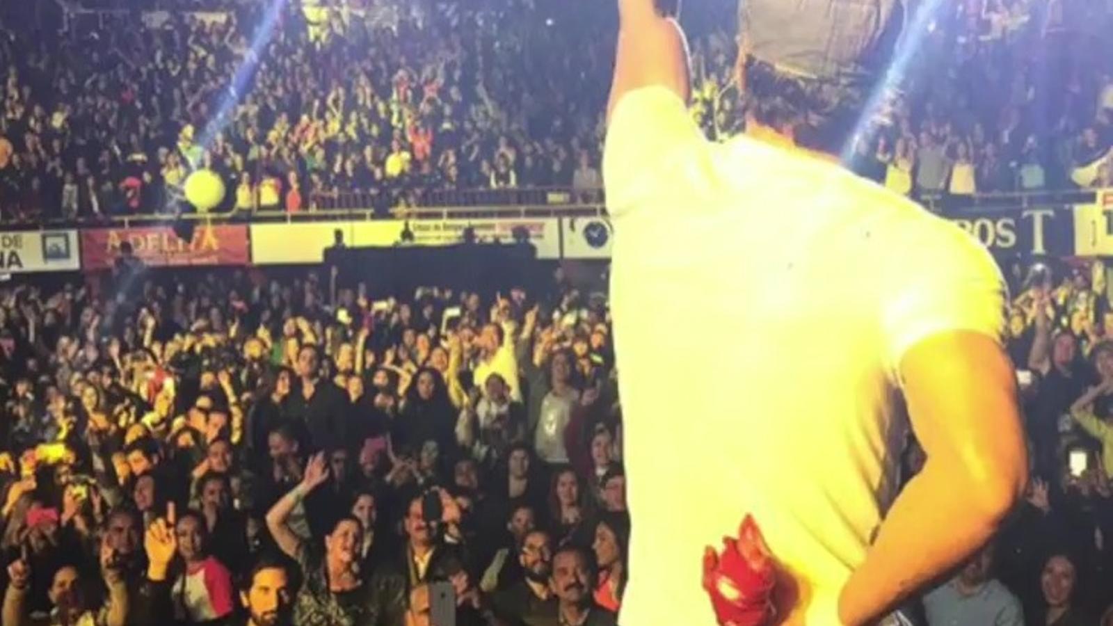 Enrique Iglesias, a punt de perdre dos dits amb un 'drone' en un concert