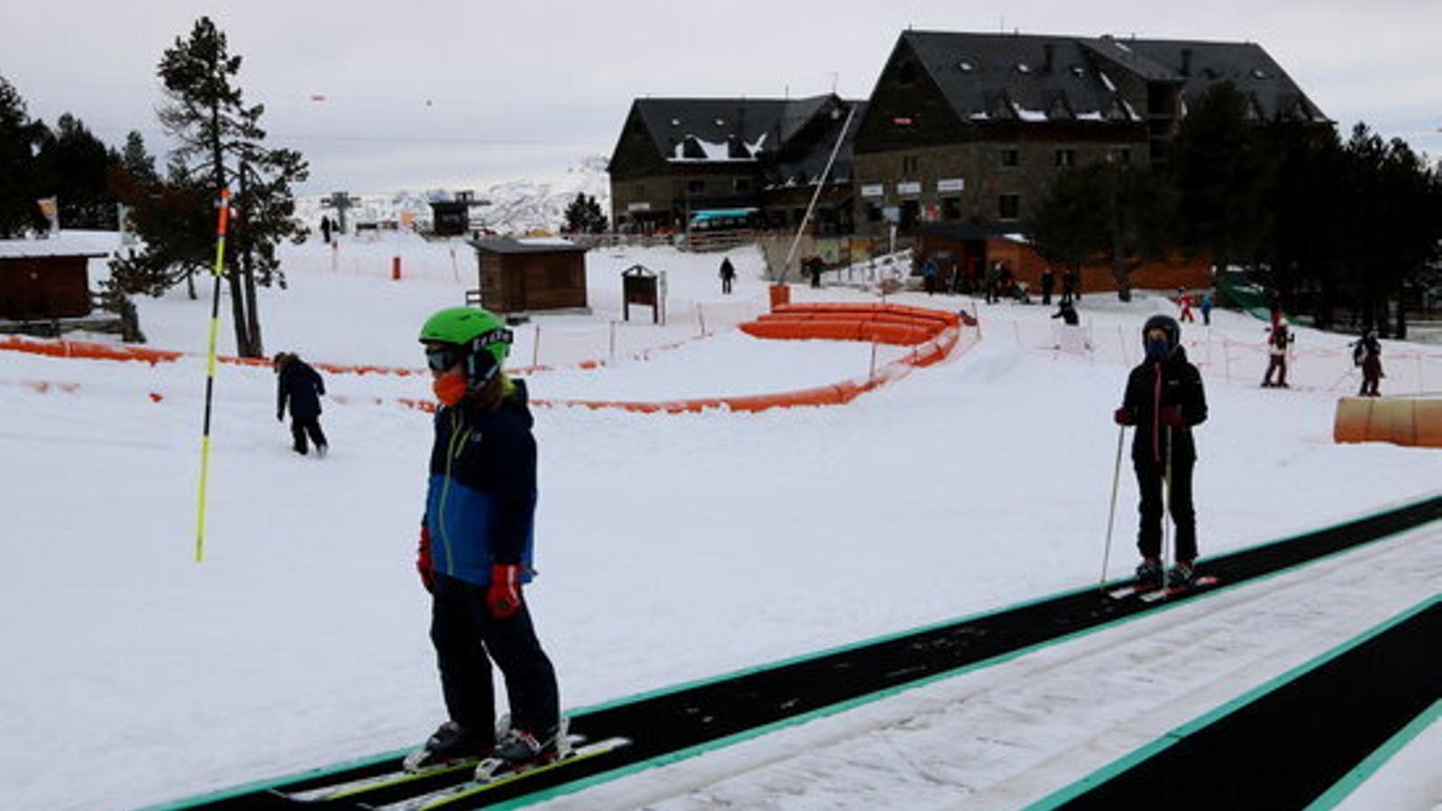Esquiadors a Portainé, el primer dia de vigència de l'actual confinament municipal. / ACN (Marta Lluvich)
