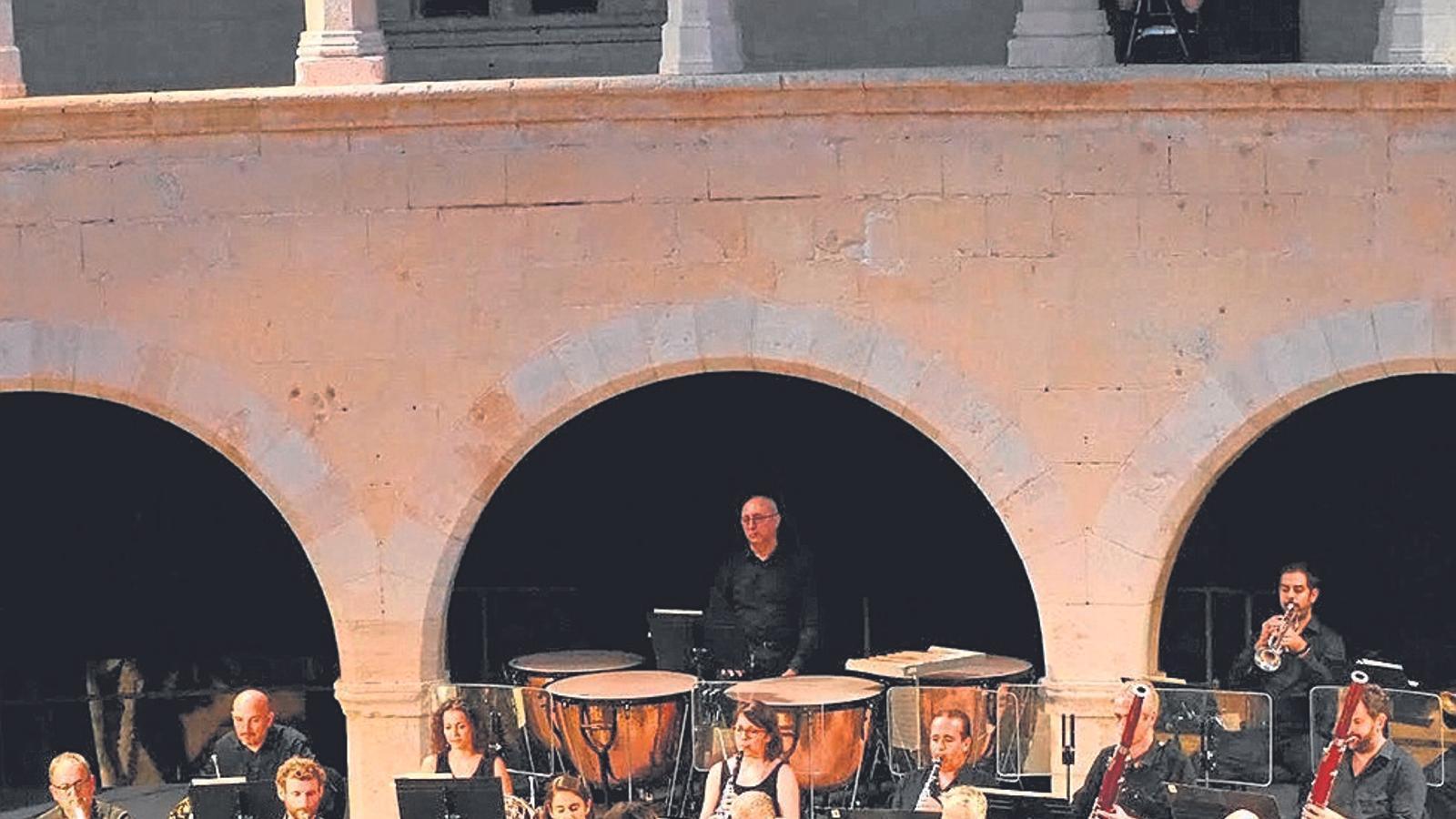La pianista Khatia Buniatishvili va omplir de gom a gom el castell de Bellver. / OSIB