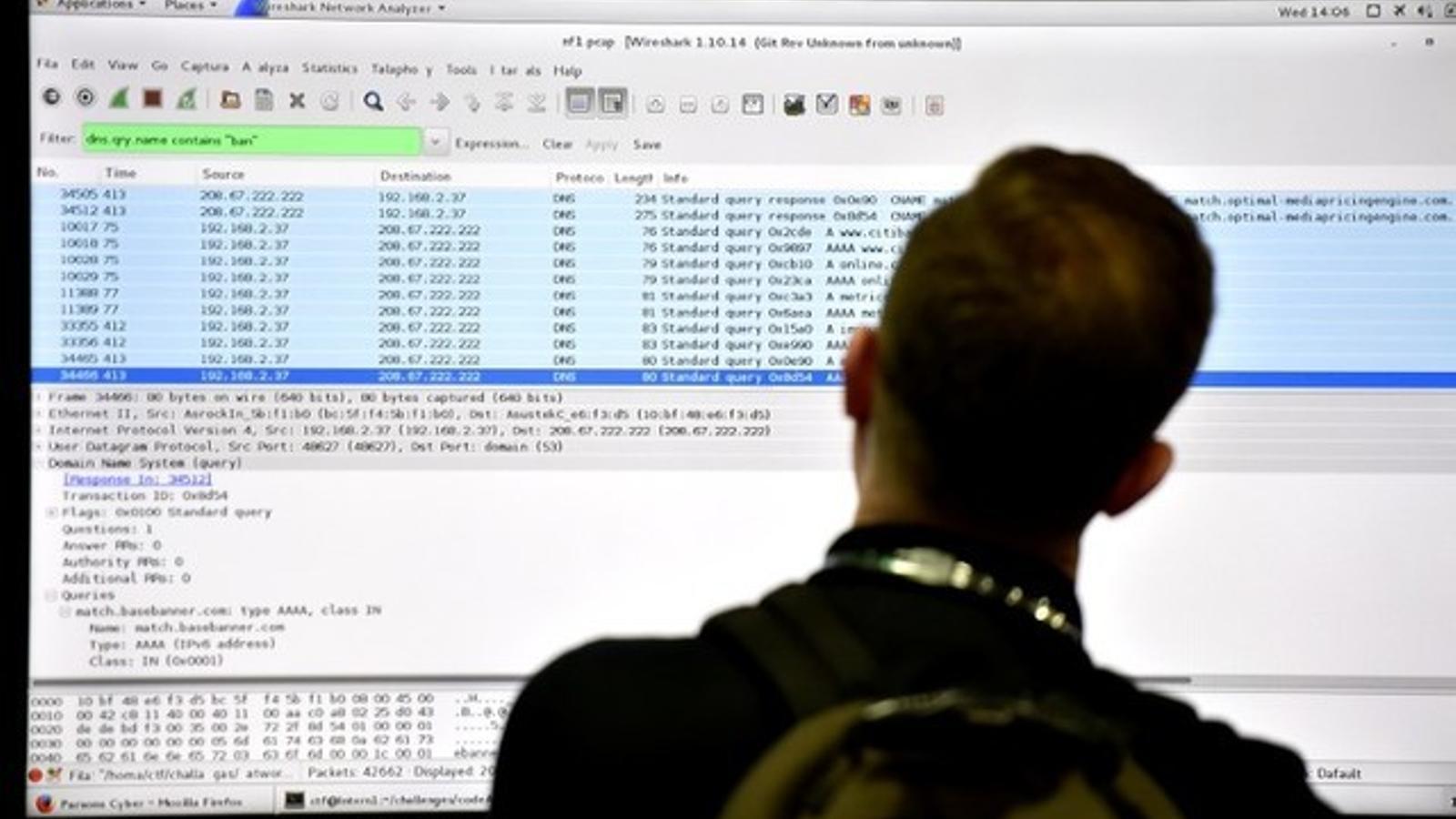 Un assistent mira un monitor durant una conferència de seguretat cibernètica a Las Vegas.