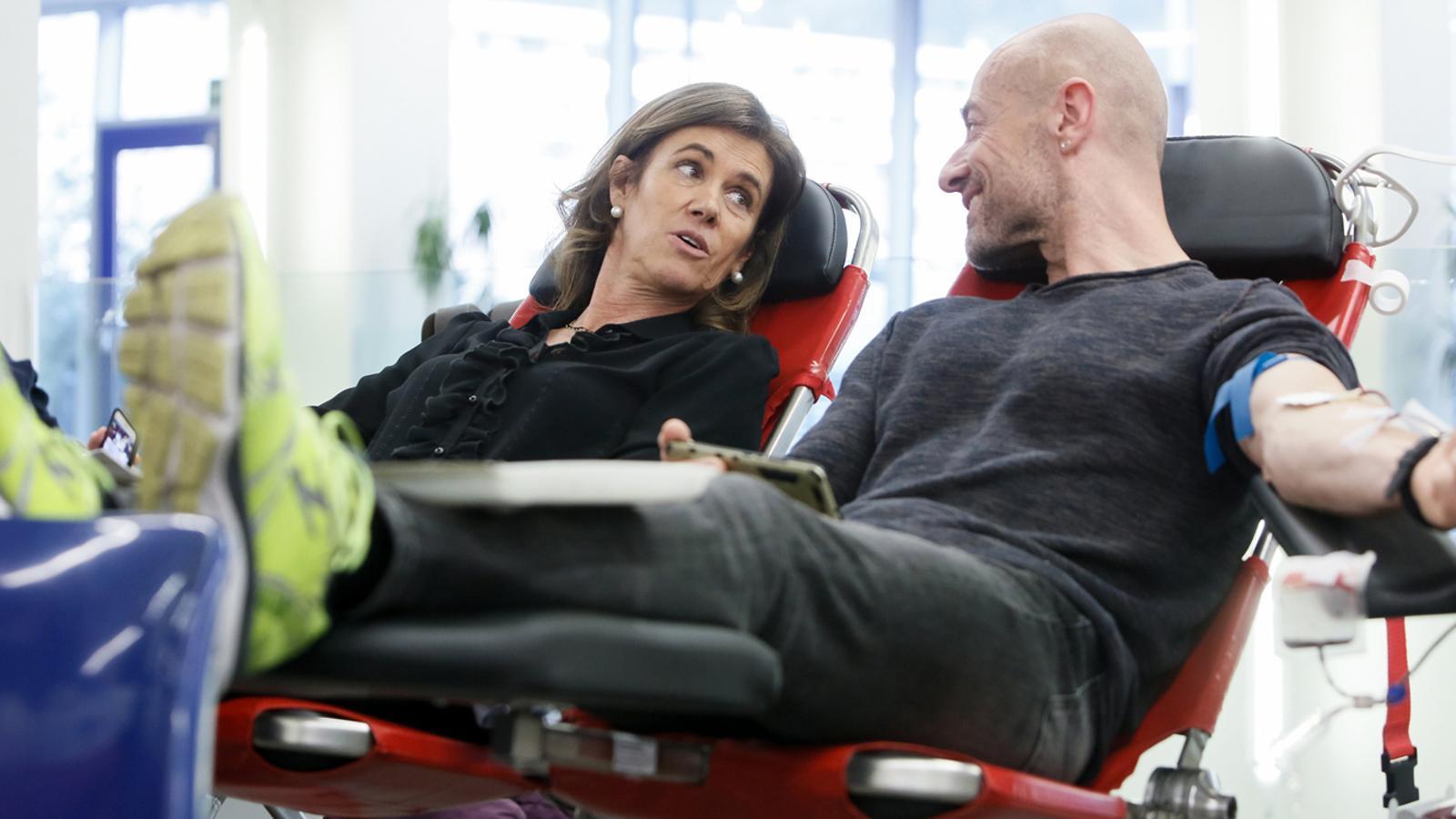 La ministra d'Educació i Ensenyament Superior, Ester Vilarrubla, dona sang al costat d'un ciutadà. / SFG