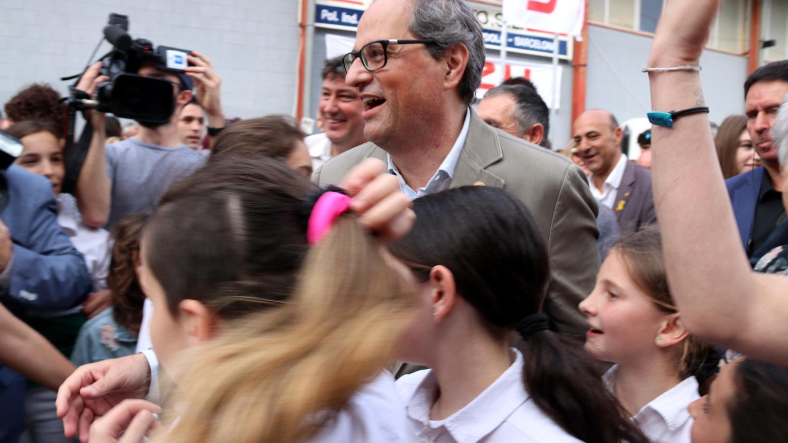 Quim Torra, president de la Generalitat, rodejat de ciutadans que l'han volgut saludar en la seva visita a Vilafranca