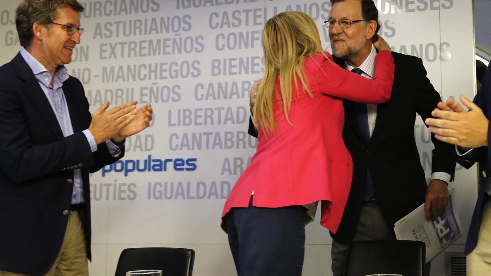 Mariano Rajoy felicitat per Cristina Cifuentes a la reunió del comitè executiu del PP
