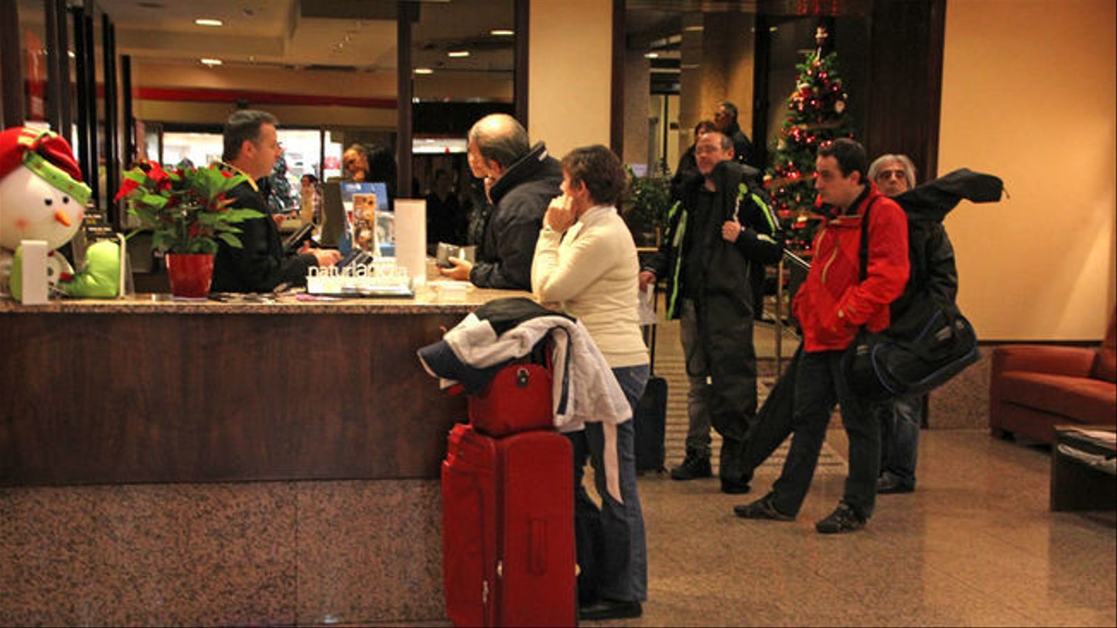 Turistes arribant a la recepció d'un hotel d'Andorra./Arxiu ANA