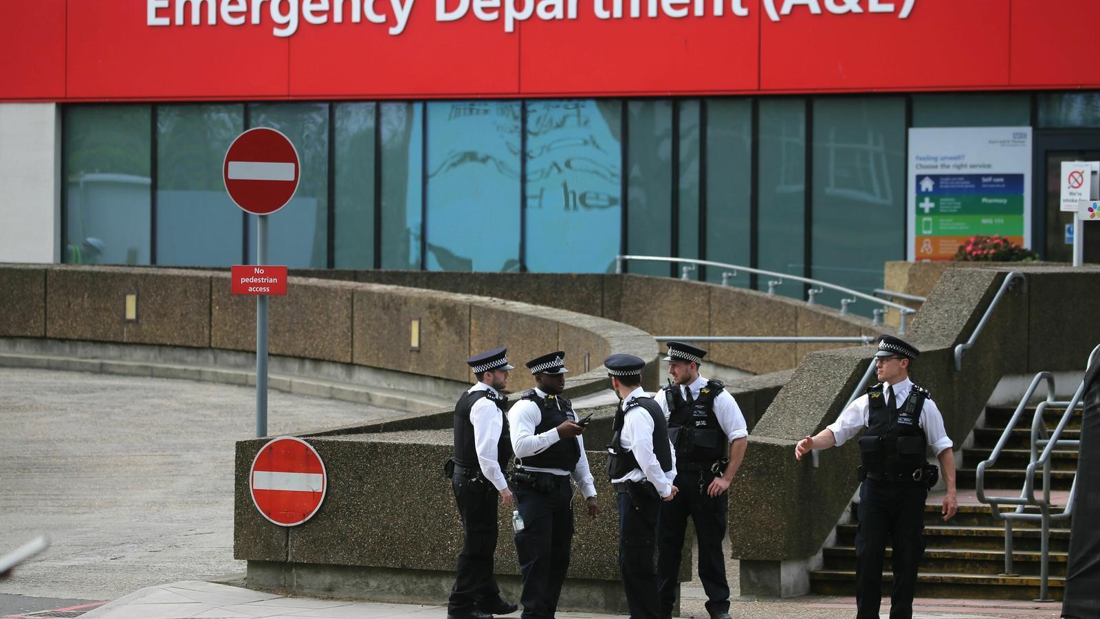Un grup de policies, al davant de l'entrada d'emergències de l'Hospital de Saint Thomas, on es troba Boris Johnson